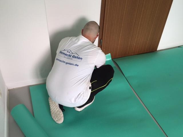 Handwerker beim Bodenverlegen